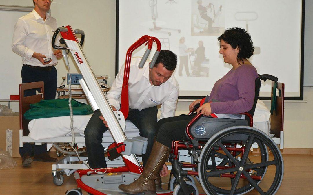 Demostración práctica sobre técnicas y ayudas técnicas para la movilización de pacientes